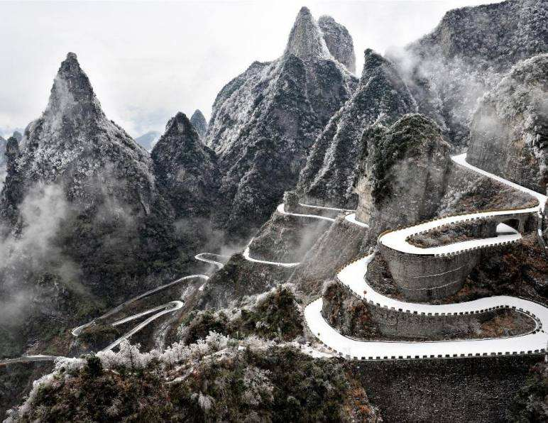 Spectacular view of Mount Tianmen after snowfall